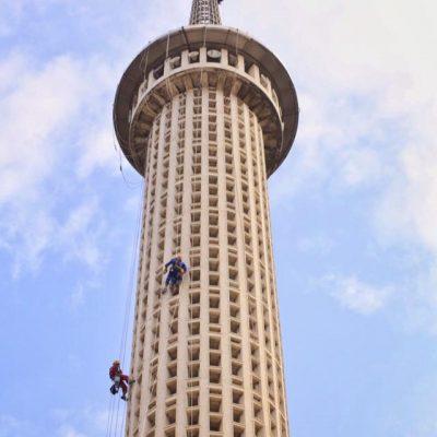 Membersihkan bagian menara Istiqlal dengan rope access.